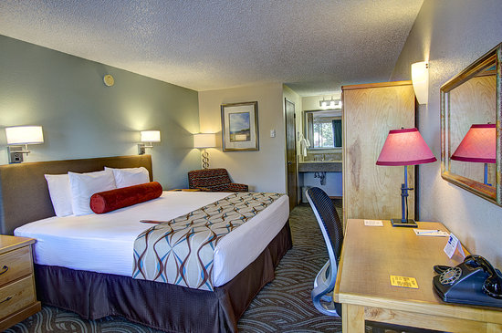 Old Town Inn: King sized beds.