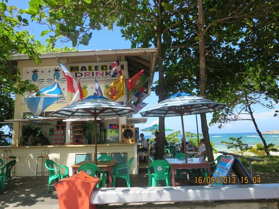 John's Beach Bar : pic of the front from the malecon