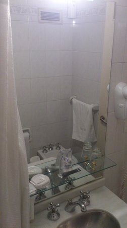 El Virrey Hotel: The (very) small bathroom