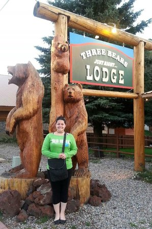 Three Bears Lodge: At the entrance statue