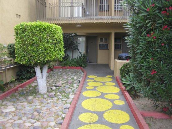 Days Inn Torrance Redondo Beach: Corredor para o quarto
