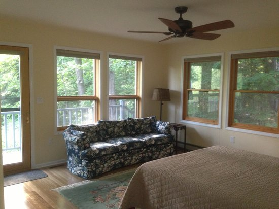 Artesian House Bed & Breakfast: Basswood Room