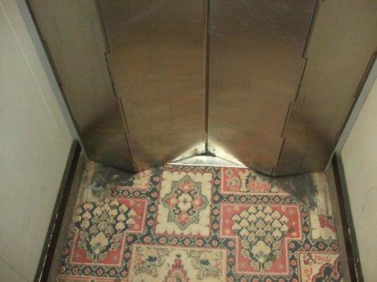 Cromwell International Hotel : Old lift