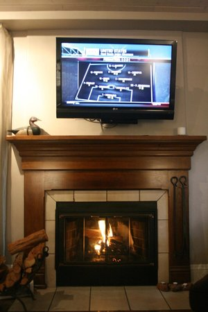 L'Auberge de Sedona: Big screen over fireplace