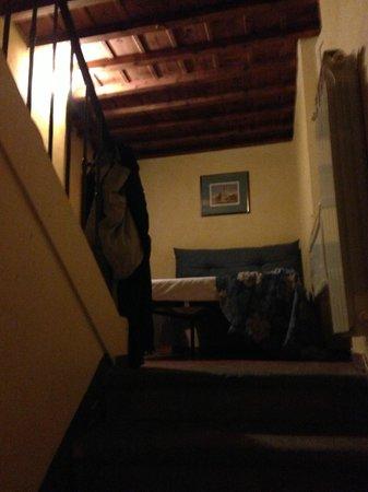 Hotel Tourist House: quarto muito velho