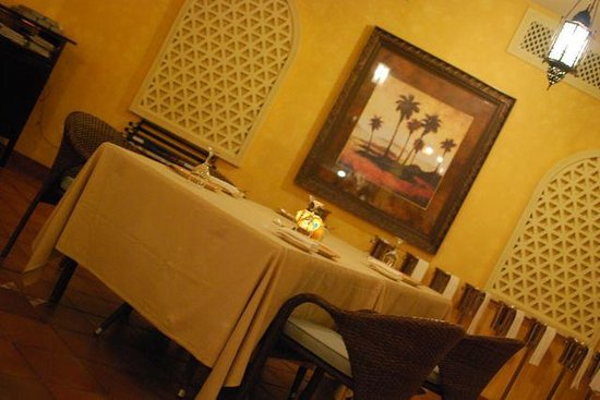 Al Khaima: Restaurant table
