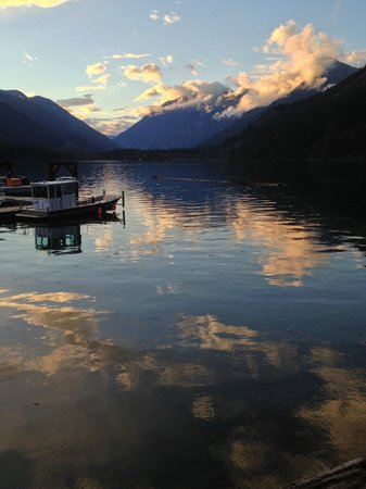 North Cascades Lodge at Stehekin: A beautiful sunset view of Lake Chelan and the Cascades
