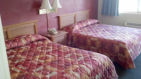 Heritage House Motel: Room with two queen beds