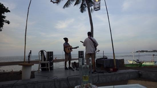 Rikki's Beach Bistro: Sunset Serenade!