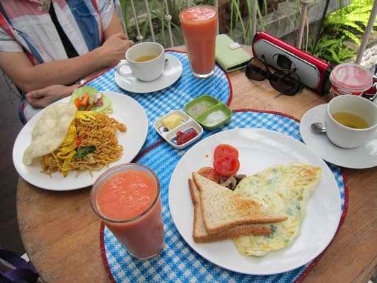 Tegal Sari : Set Breakfast, fruit plate to be served later