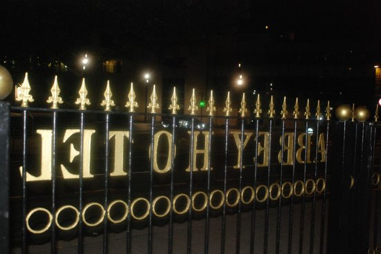 Abbey Hotel : The entrance gate from Wood Lane