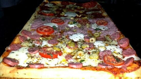 Pizzeria Super Cuatro: Pizza a la leña con borde relleno