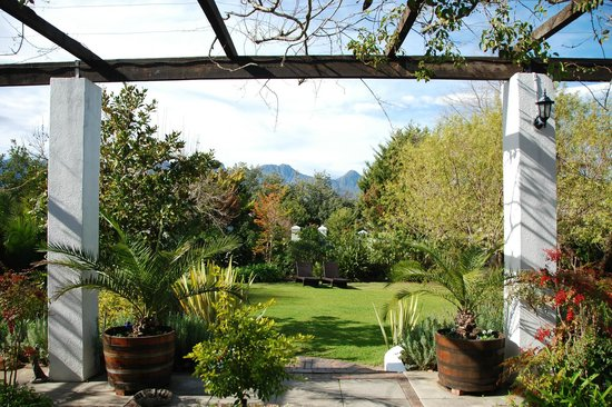 Albourne Boutique Guest House : Beautiful gardens and outdoor sitting area