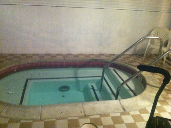 Hollywood La Brea Motel: The Jacuzzi...