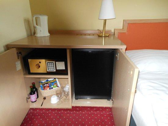 Arthotel ANA Westbahn: cofre, chaleira e frigobar