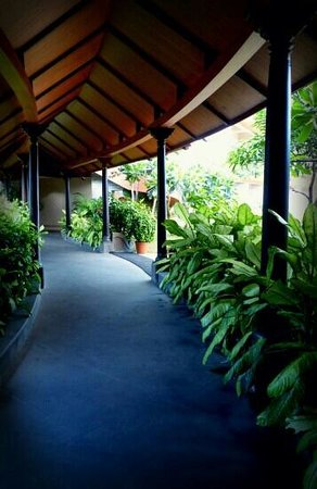 Uday Suites: Restaurant pathway