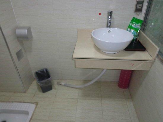 Yijiaqin Hotel : Toilet - the sink