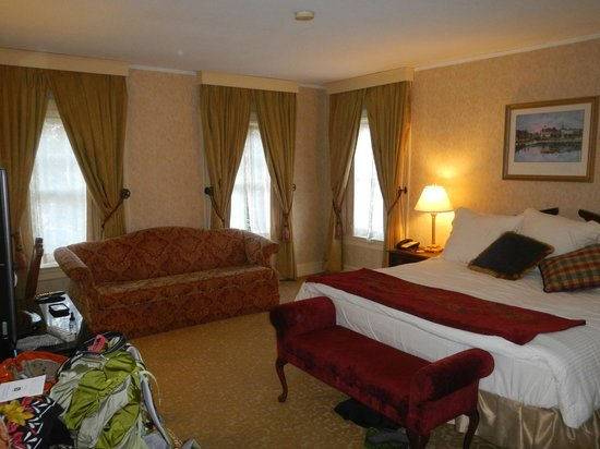 Historic Inns of Annapolis: Corner room 408