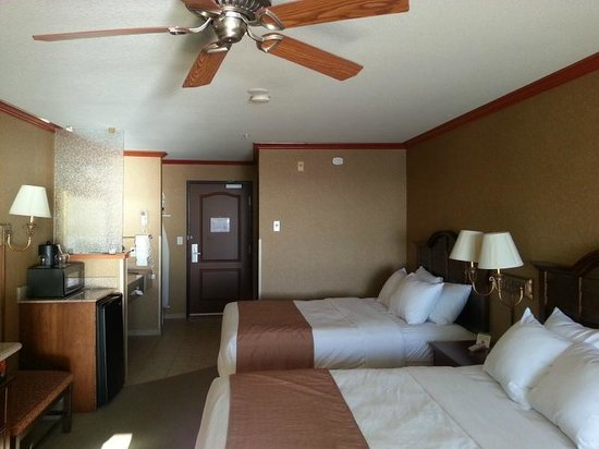 Elizabeth Oceanfront Suites: looking from the balcony into the room