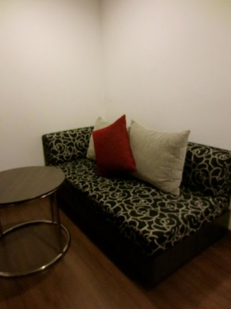 Narai Hotel : Couch at Family Room