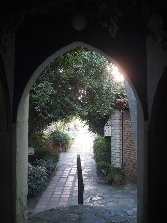 Hotel Kalehan: Entrance to the garden and rooms