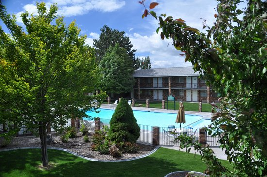 Best Western Plus Burley Inn & Convention Center: Grounds and outdoor pool