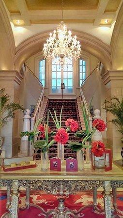 Raffles Beijing Hotel : Grand staircase in lobby