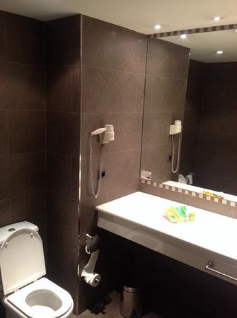 NH Hesperia Andorra La Vella: bathroom