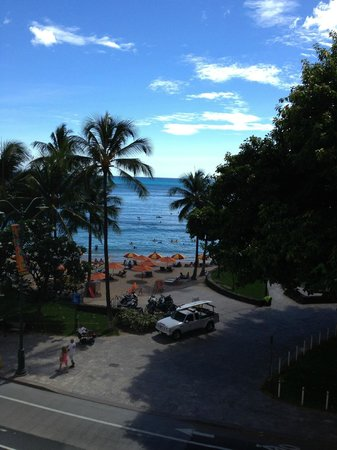 Aston Waikiki Beachside Hotel : view of beach from room 501