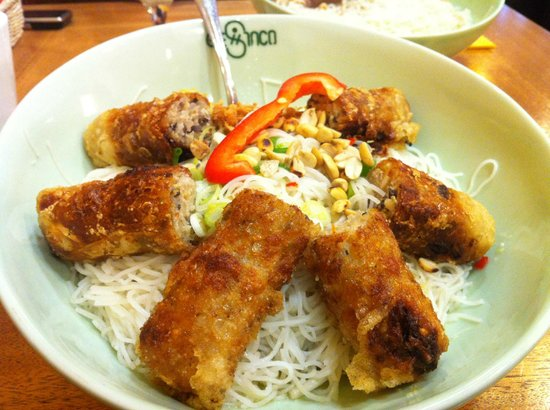 Chinco Vietnam Restaurant: Dry rice noodles in fish sauce (fried pork spring rolls)