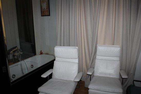 Adealba Hotel: sillones relax - mampara separadora baño / dormitorio