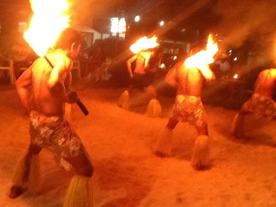 Smugglers Cove Beach Resort & Hotel: Fire dancers