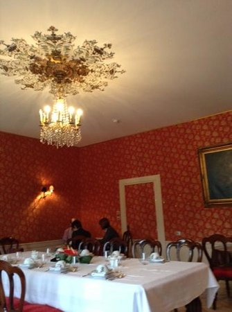 Le Domaine Chateau du Faucon: Breakfast in the chateau