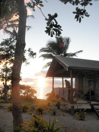 Matafonua Lodge: fale at sunset