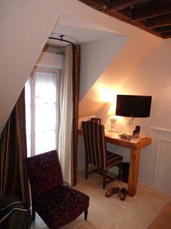 Hôtel Saint-Louis en l'Isle: Section of our room and balcony