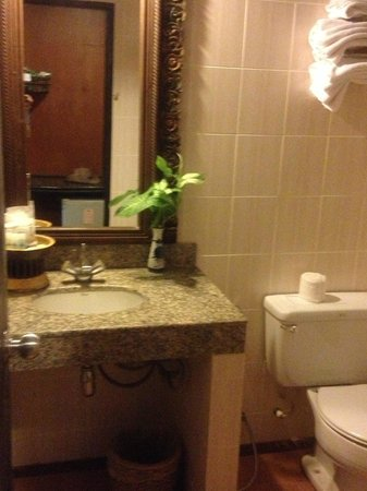 Lampang River Lodge: Bathroom...looks better in photo than for real