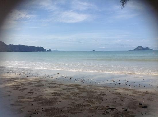 Srisuksant Resort: Toller Strand direkt gegenüber