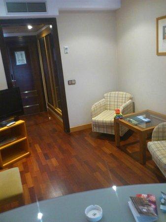 NH Oviedo Principado: Sala estar. Suite 201