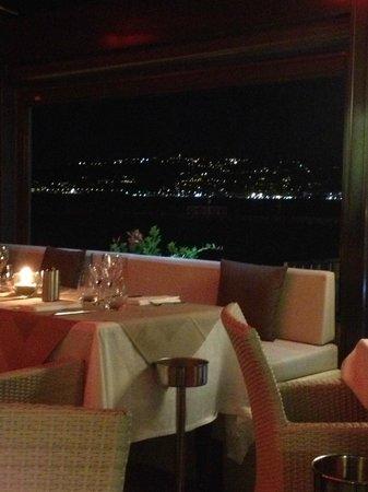 Cap Riviera : Salle du restaurant ouverte sur la baie de juan