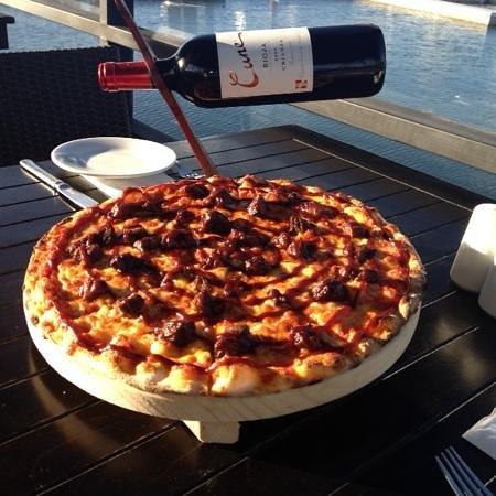 pizza, vino, sol, playa y la mejor música del mundo, solo en Zitius Pizza&Bar