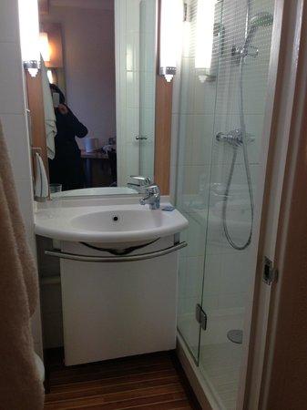 Hotel ibis Birmingham Centre New Street: Small on-suite bathroom