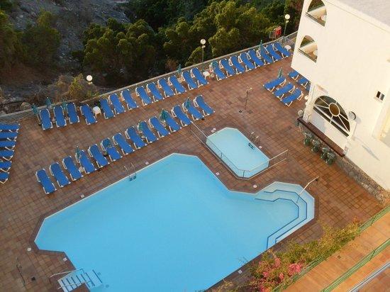 Colina Mar Apartments: smaller pool /childrens area round corner