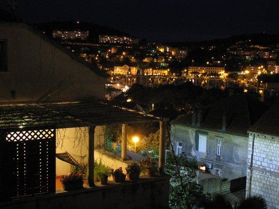 Berkeley Hotel & Day Spa: nightview