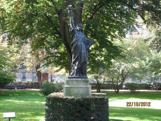 Statue de la liberte photo de jardin du luxembourg - Statue de la liberte jardin du luxembourg ...