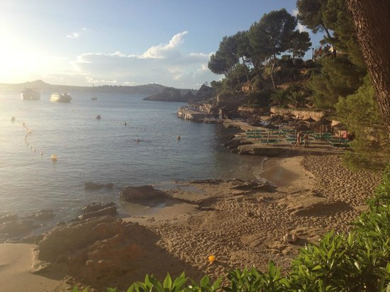 Hotel Cala Fornells: view from outside hotel to bay/beach area
