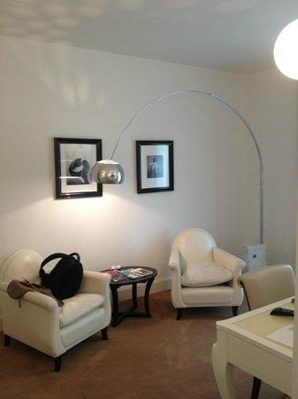 UNA Maison Milano: The seating area