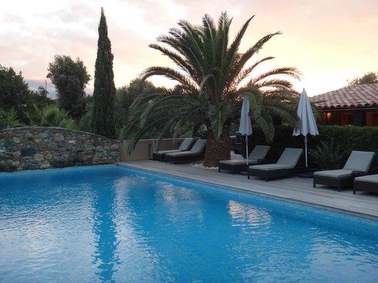 La Dimora : la piscine le soir