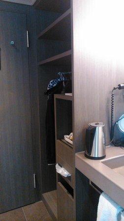 Agora Swiss Night : Armario, lavabo.