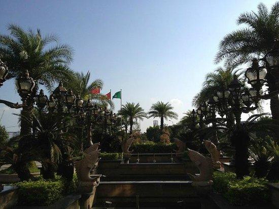 Baolilai International Hotel: Area in front of hotel