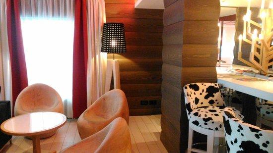 Agora Swiss Night : Zona de estar del hotel, entrada.